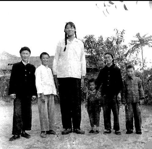 La donna più alta della storia: Zeng Jinlian con 249cm di altezza