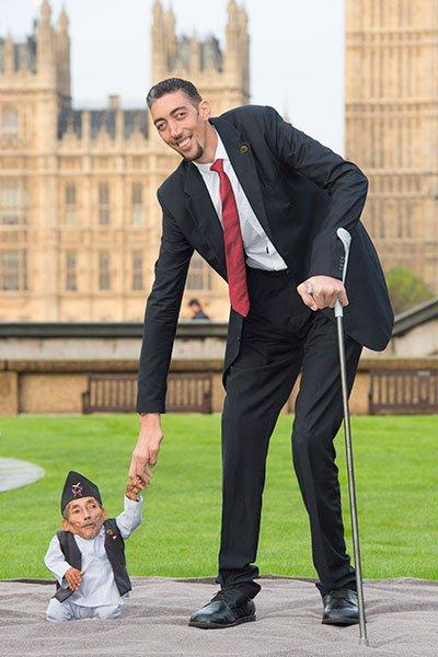 uomo più piccolo e quello più alto insieme